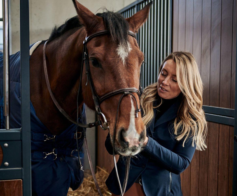 Karolina Ferenstein-Kraśko z koniem w stajni - opowiada o jeździectwie i swojej pasji oraz miłości do koni.