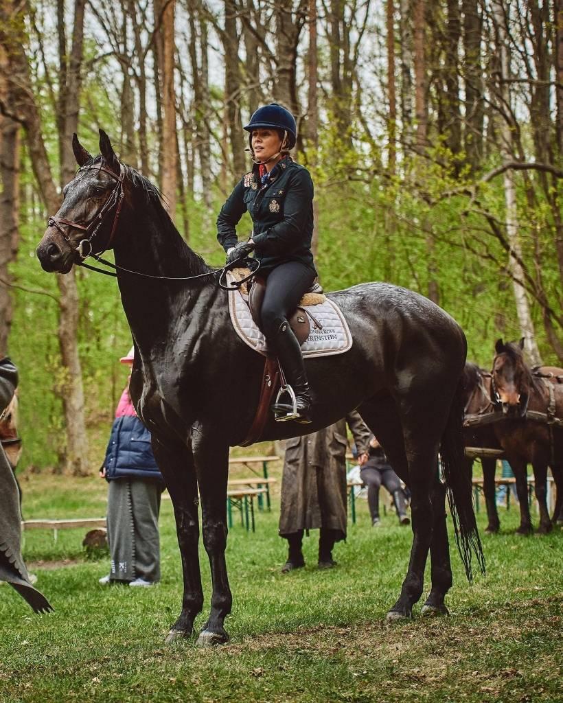 Karolina Ferenstein-Kraśko siedzi na koniu podczas zawodów jeździeckich.