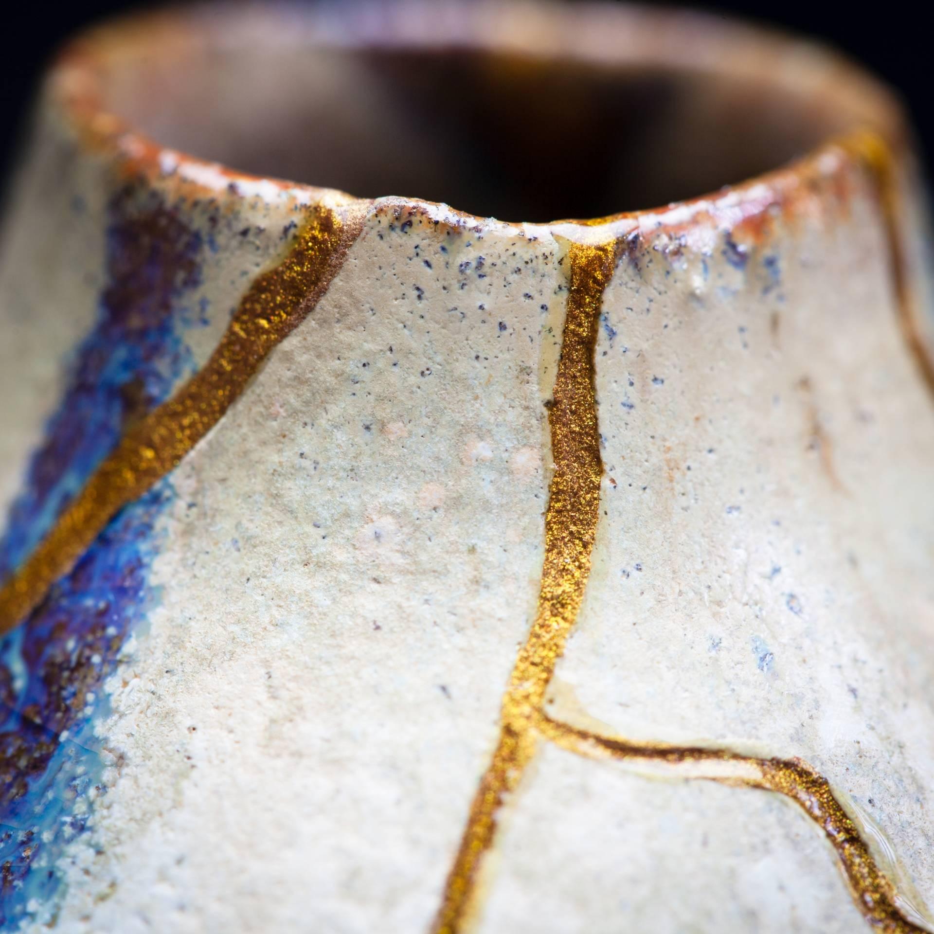 Kintsugi - japońska technika naprawiania porcelany eksponująca łączenia.
