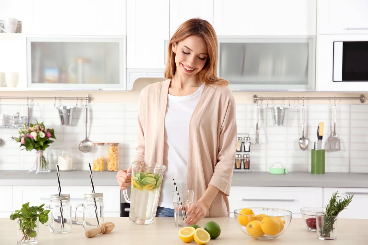 Naturalne sposoby na pleśniawki u dorosłych - przyczyny i leczenie. Kobieta przygotowuje naturalne preparaty na pleśniawki.