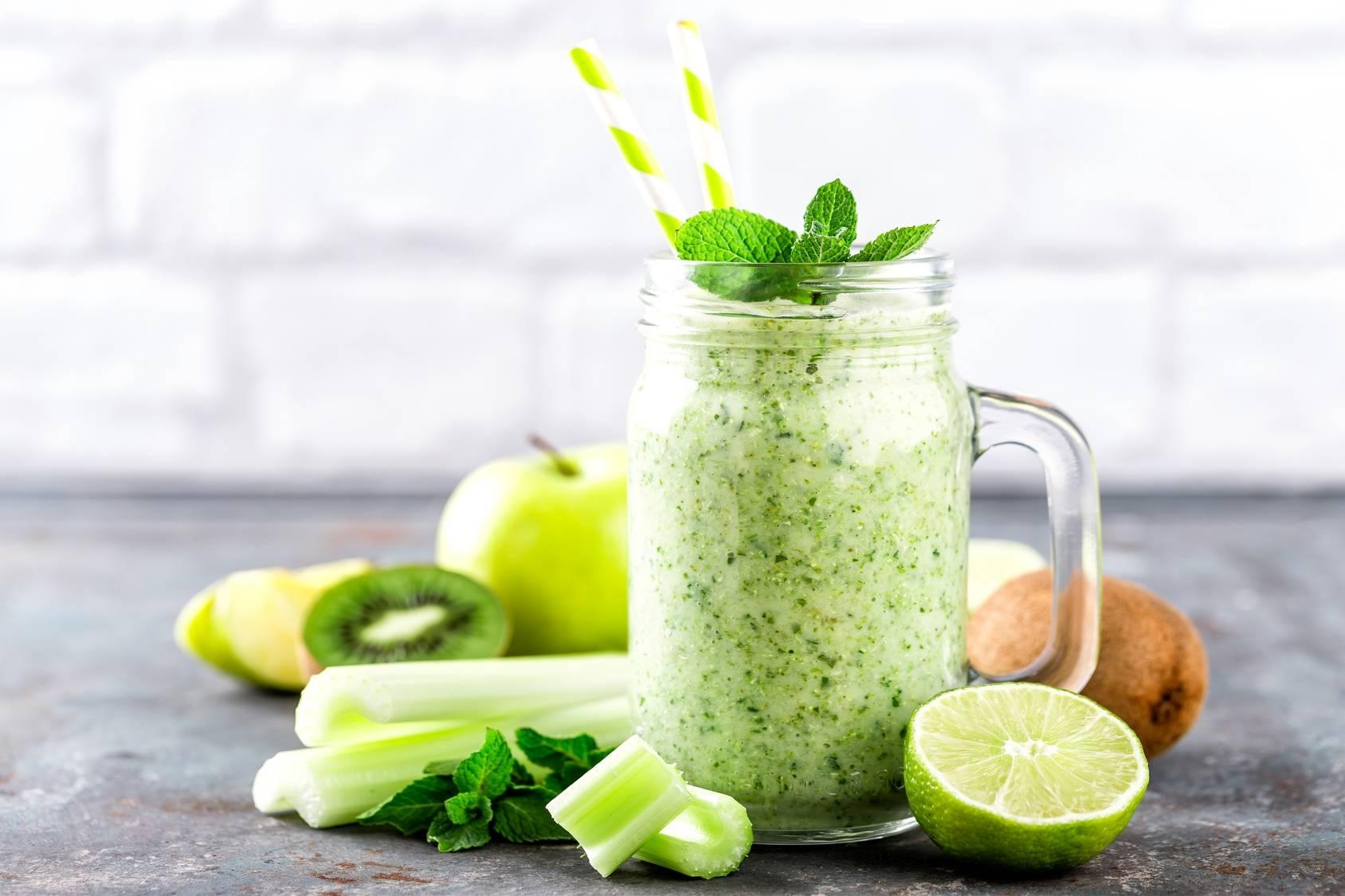 Przepis na sok z turbodoładowaniem z zielonym jabłkiem, limonką, kiwi i młodą pokrzywą.
