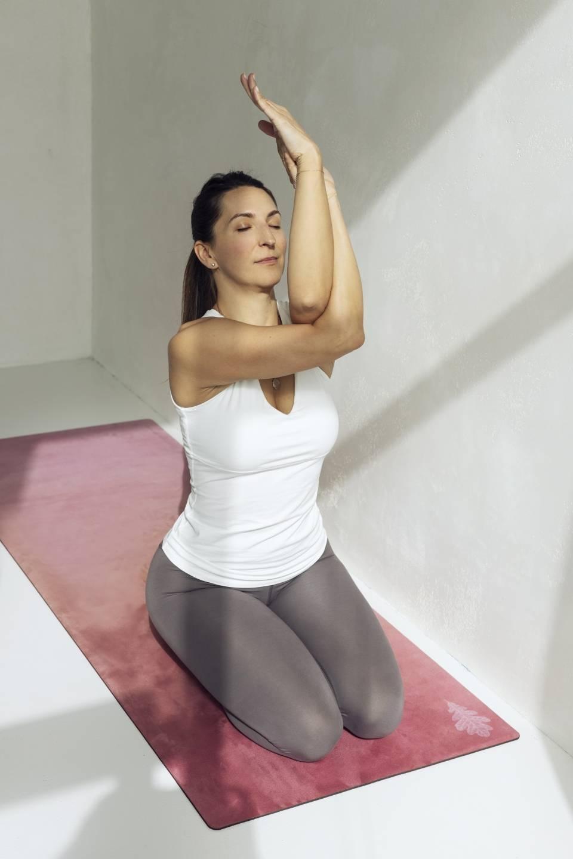 Anna Maria Komierowska-Szweycer ćwiczy jogę na macie.