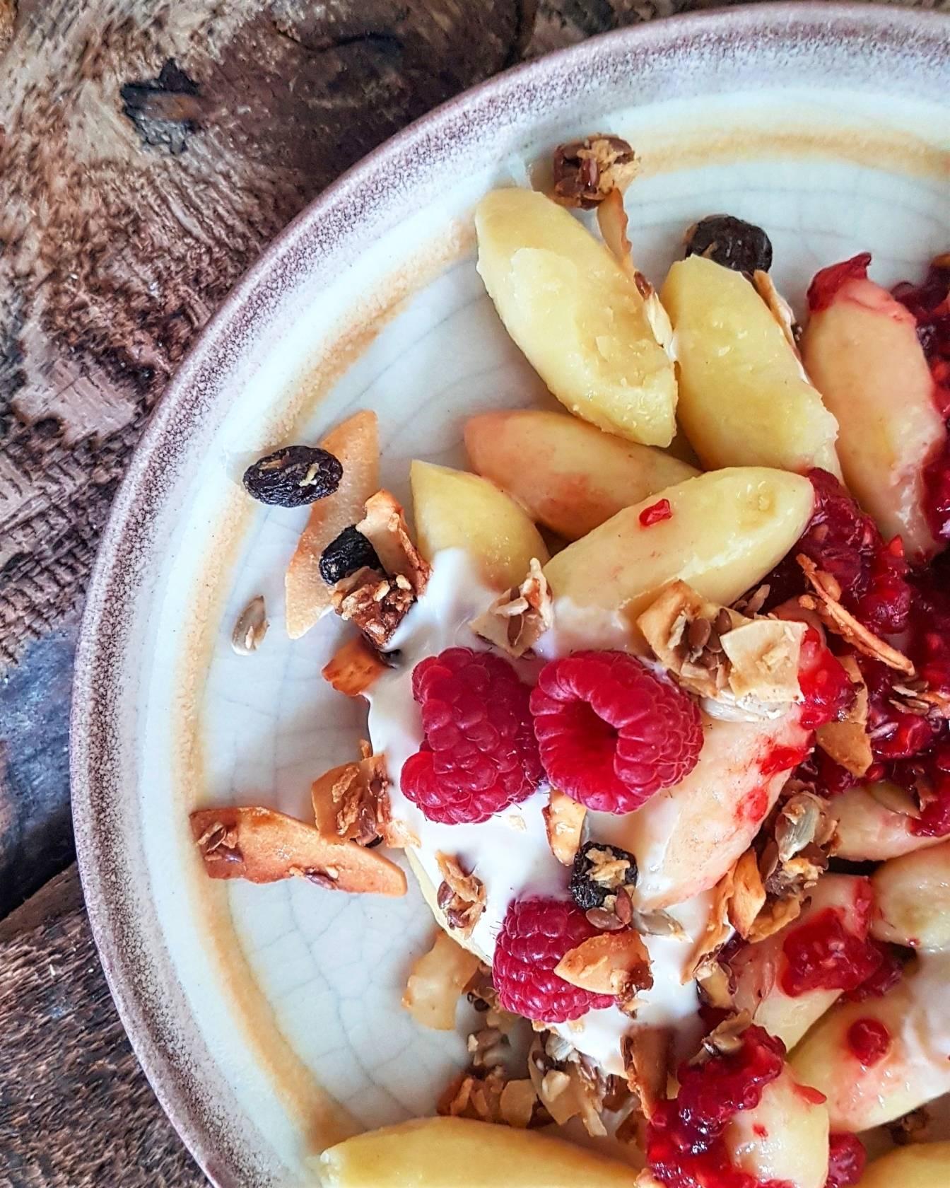 Śniadaniowe kopytka z serkiem kokosowym, malinami i granolą - przepisy Agnieszki Żelazko.