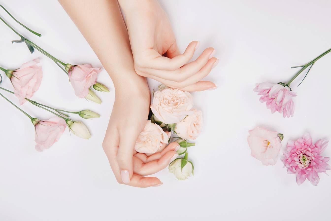 Kwiaty pielęgnujące skórę: róża, bławatek, nagietek, lawenda, malwa, rumianek. Jak zrobić w domu kosmetyki z kwiatów DIY?