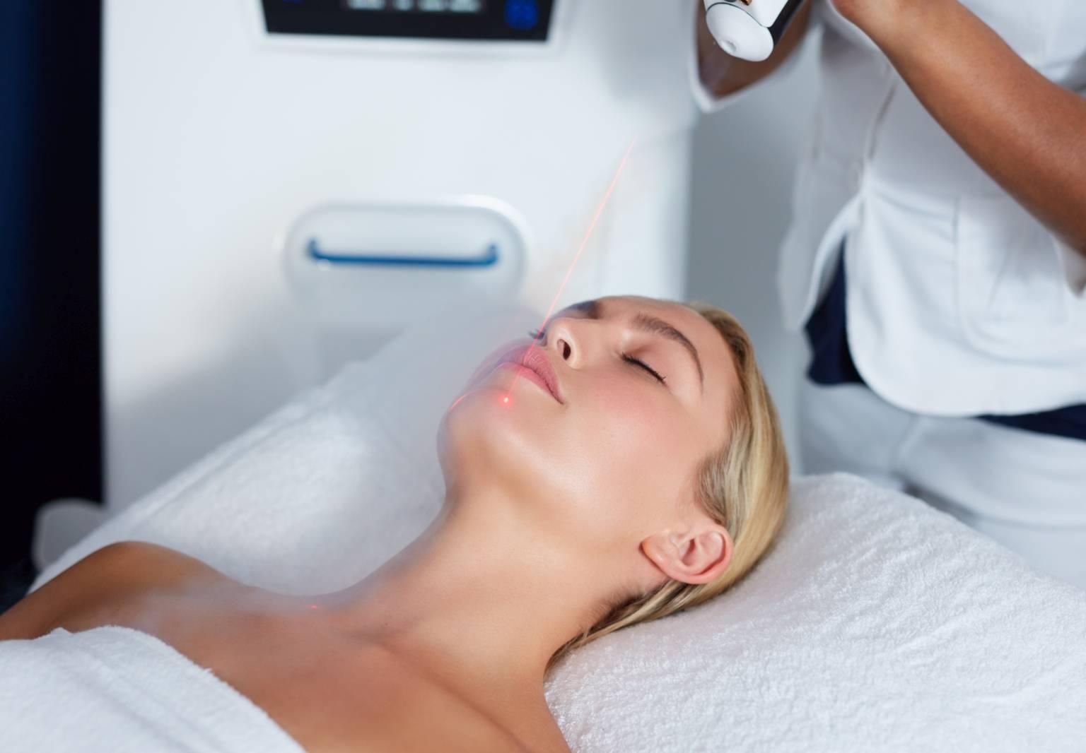 Krioterapia twarzy, czyli leczenie zimnem. Kobieta poddaje się zabiegowi medycyny estetycznej.