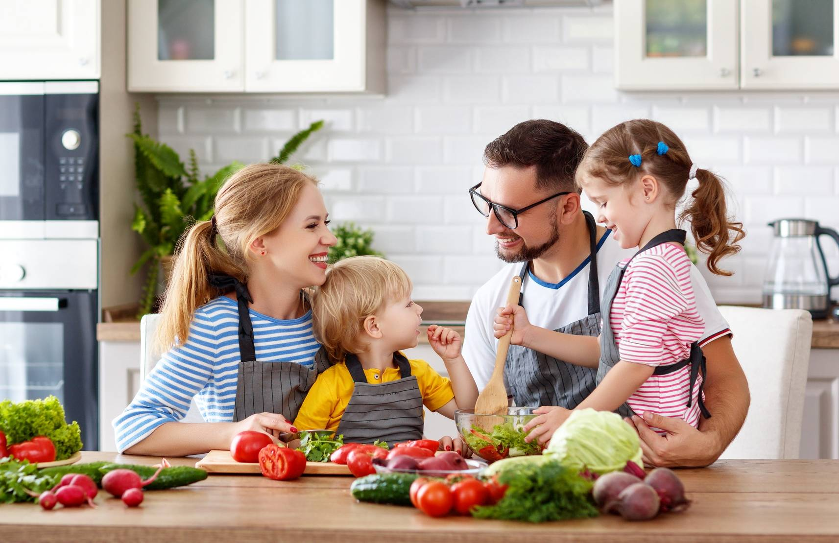Cynk - kto i gdzie powinien go szukać? W czym jest cynk? Szczęśliwa rodzina je śniadanie w kuchni.
