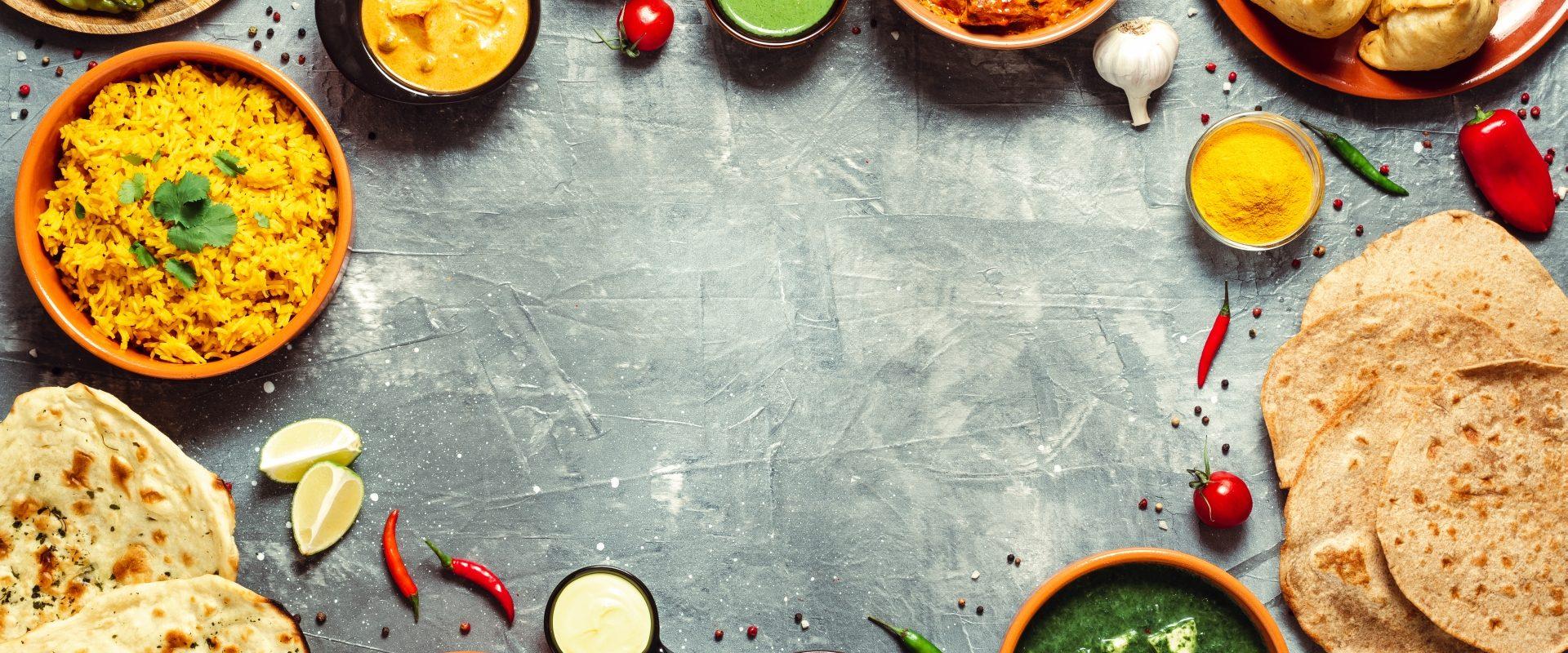 Kuchnia indyjska dla wegetarian. Miseczki z przyprawami i potrawami indyjskimi.