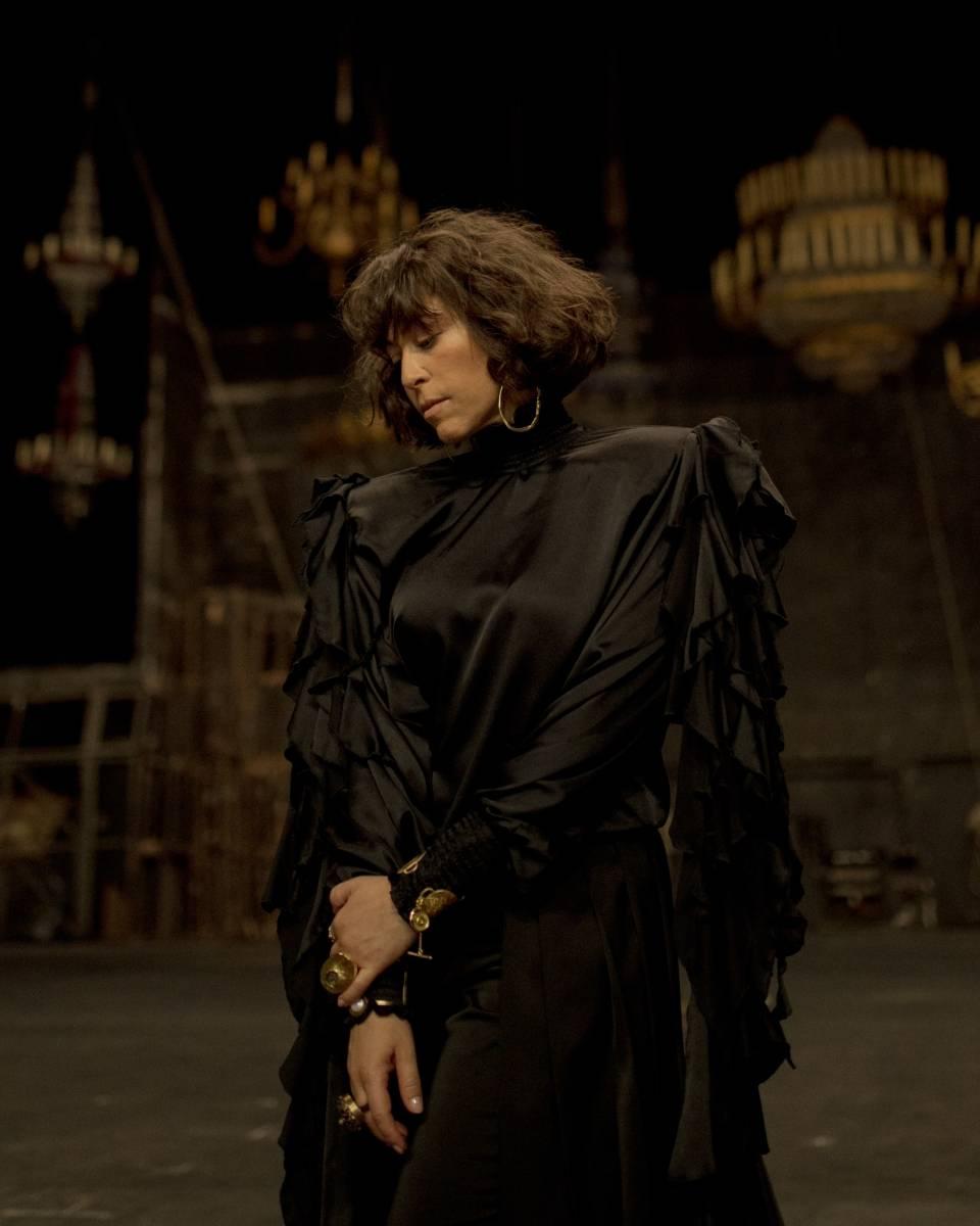 Natalia Kukulska w czarnej sukni w pomieszczeniu z żyrandolami promuje płytę Czułe struny.