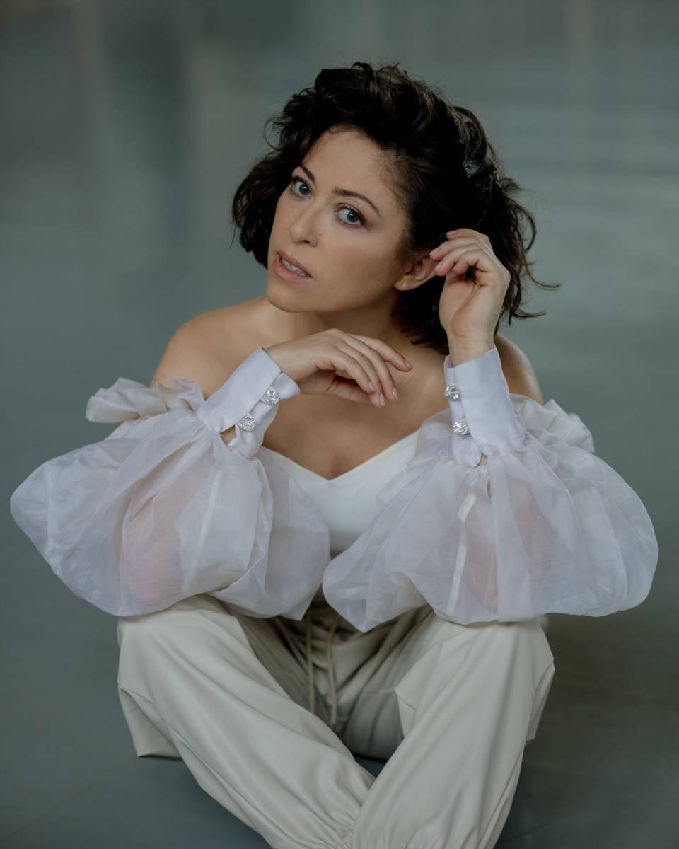 Natalia Kukulska w bieli - portret.