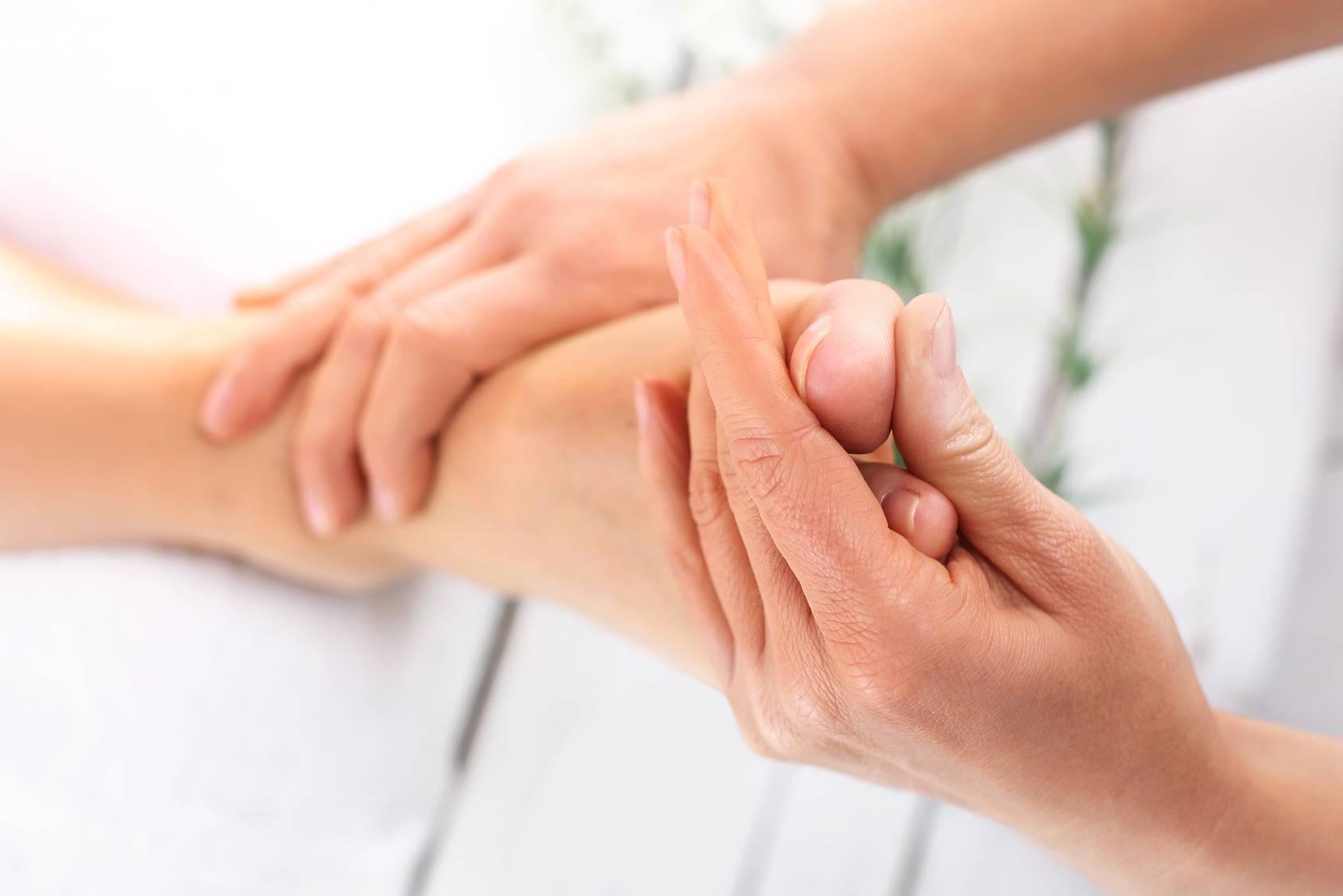 Leczniczy masaż stóp - refleksoterapia stóp.