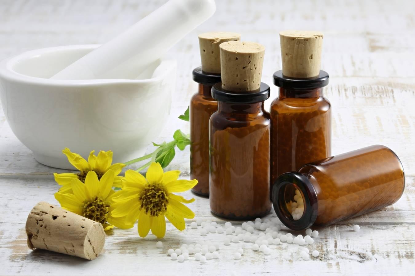 Arnica montana w formie leków homeopatycznych.