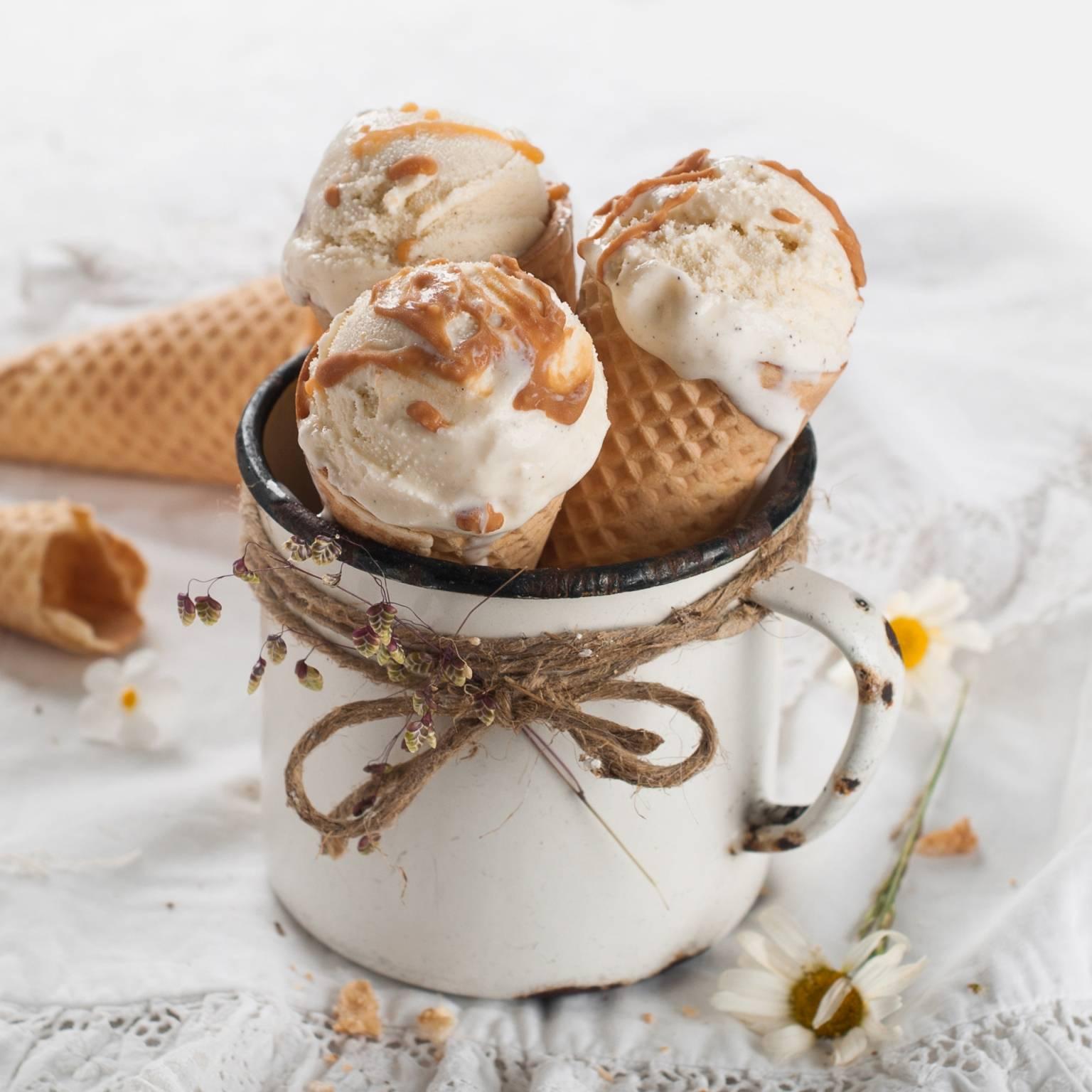 Wegańskie lody naturalne waniliowe - 3 lody waniliowe z polewą toffi w wafelkach w emaliowanym garnuszku.