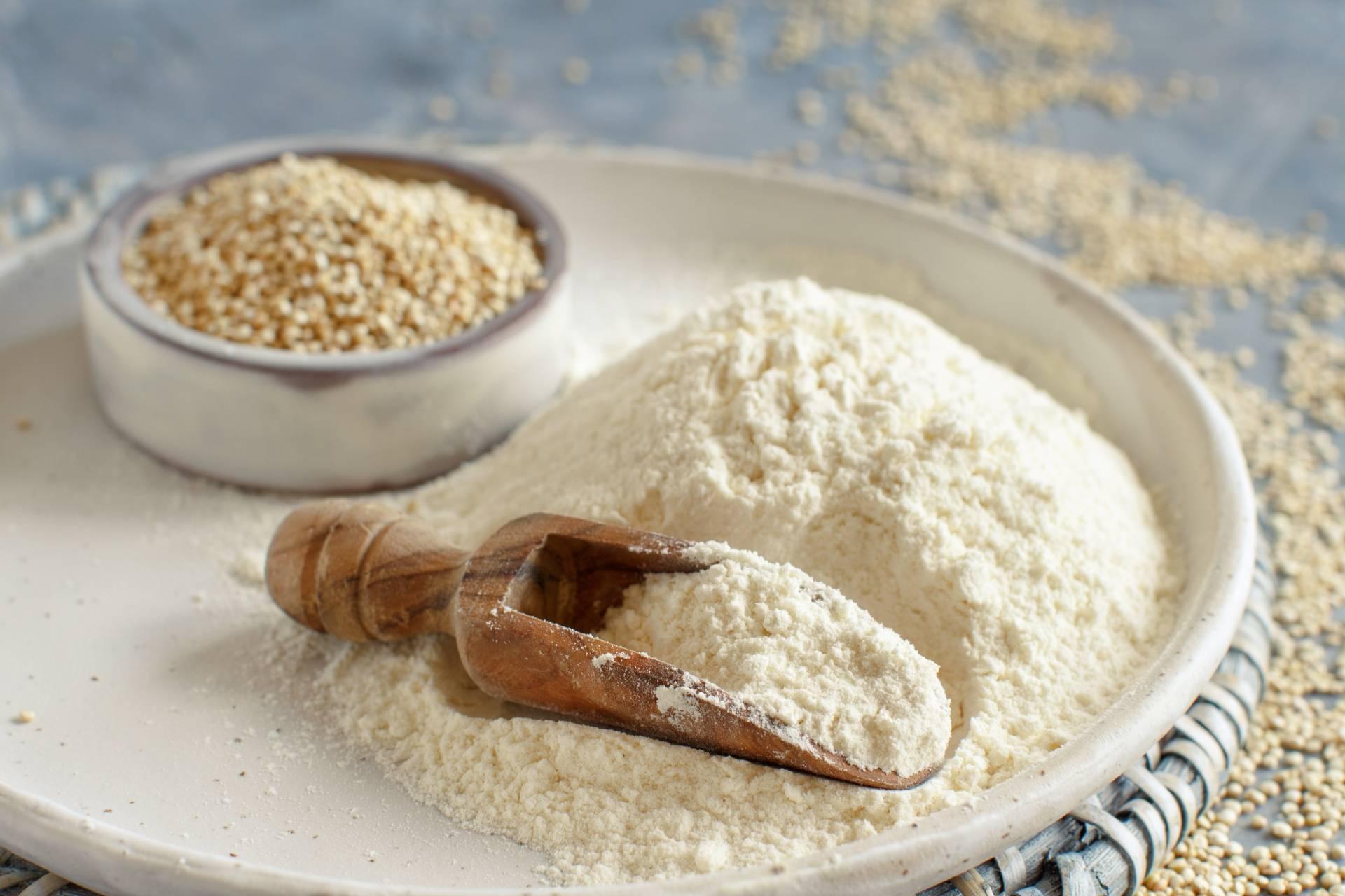 Mąka z komosy ryżowej na półmisku. Mąki bez glutenu, mąki bezglutenowe.