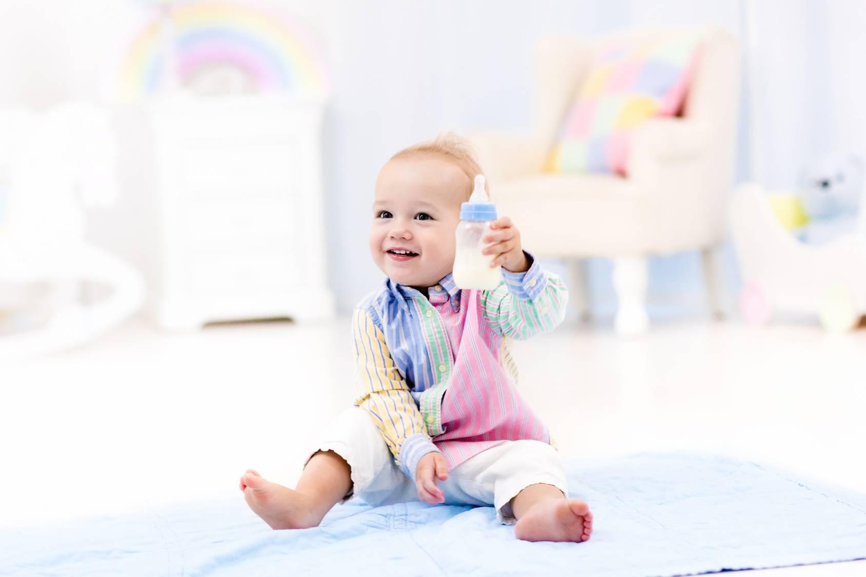 Jak rozszerzać dietę niemowlaka? Co podawać do jedzenia i picia w konkretnych miesiącach?