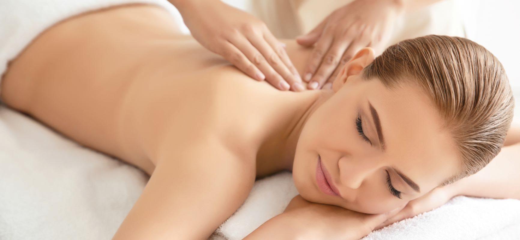 Rofting - terapia manualna powięzi. Kobieta na masażu powięziowym.