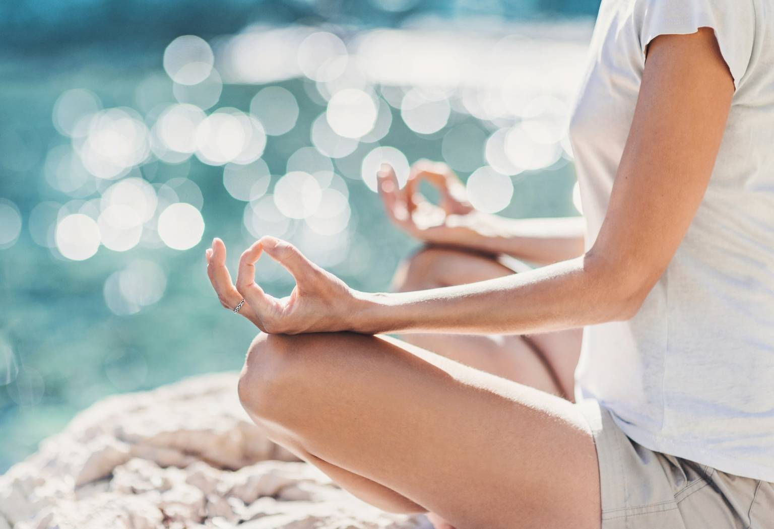 Medytacja nad oceanem. Mindfulness - praktyka uważności.