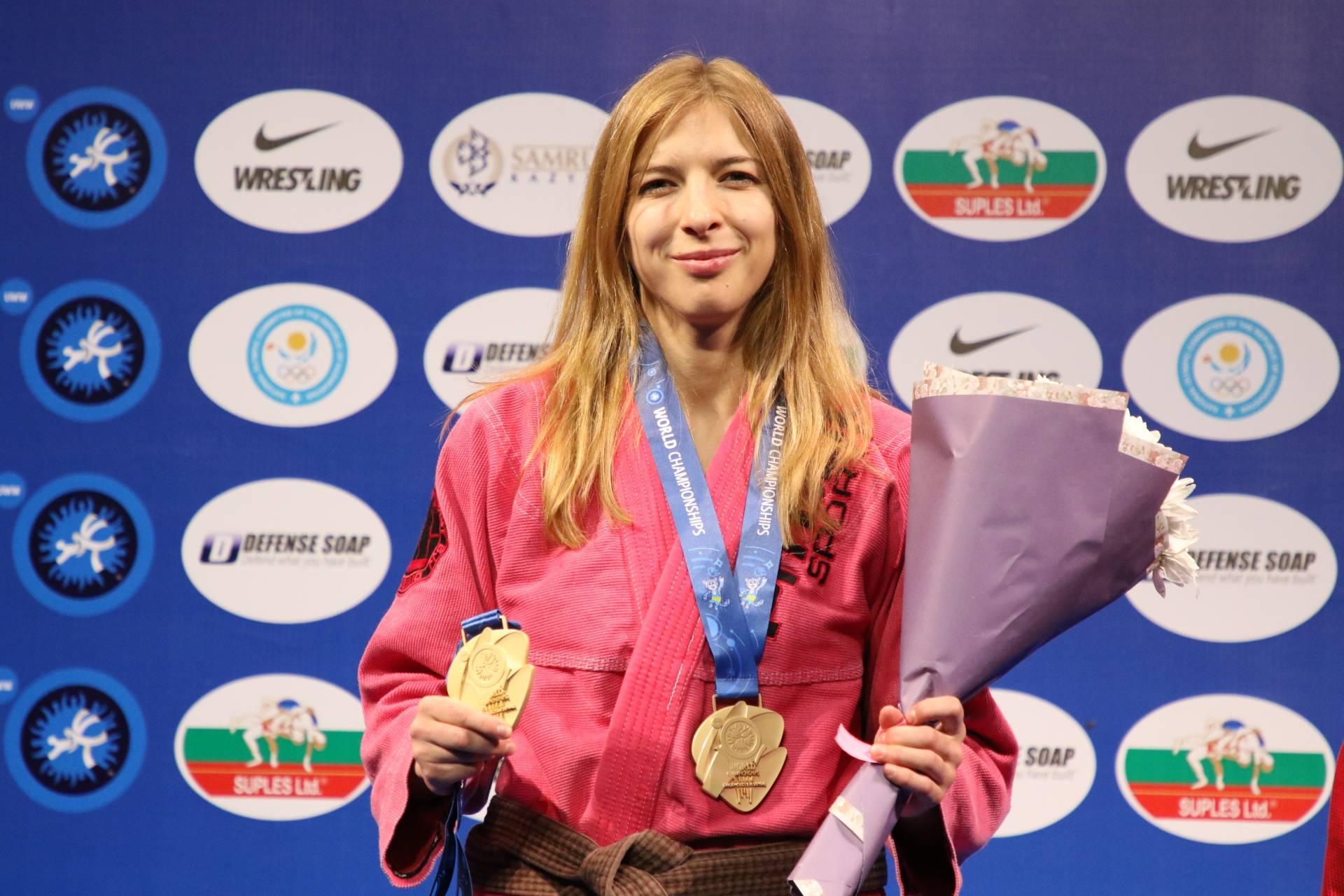 Zofia Szawernowska - mistrzyni świata w grappingu odbiera medal na zawodach.