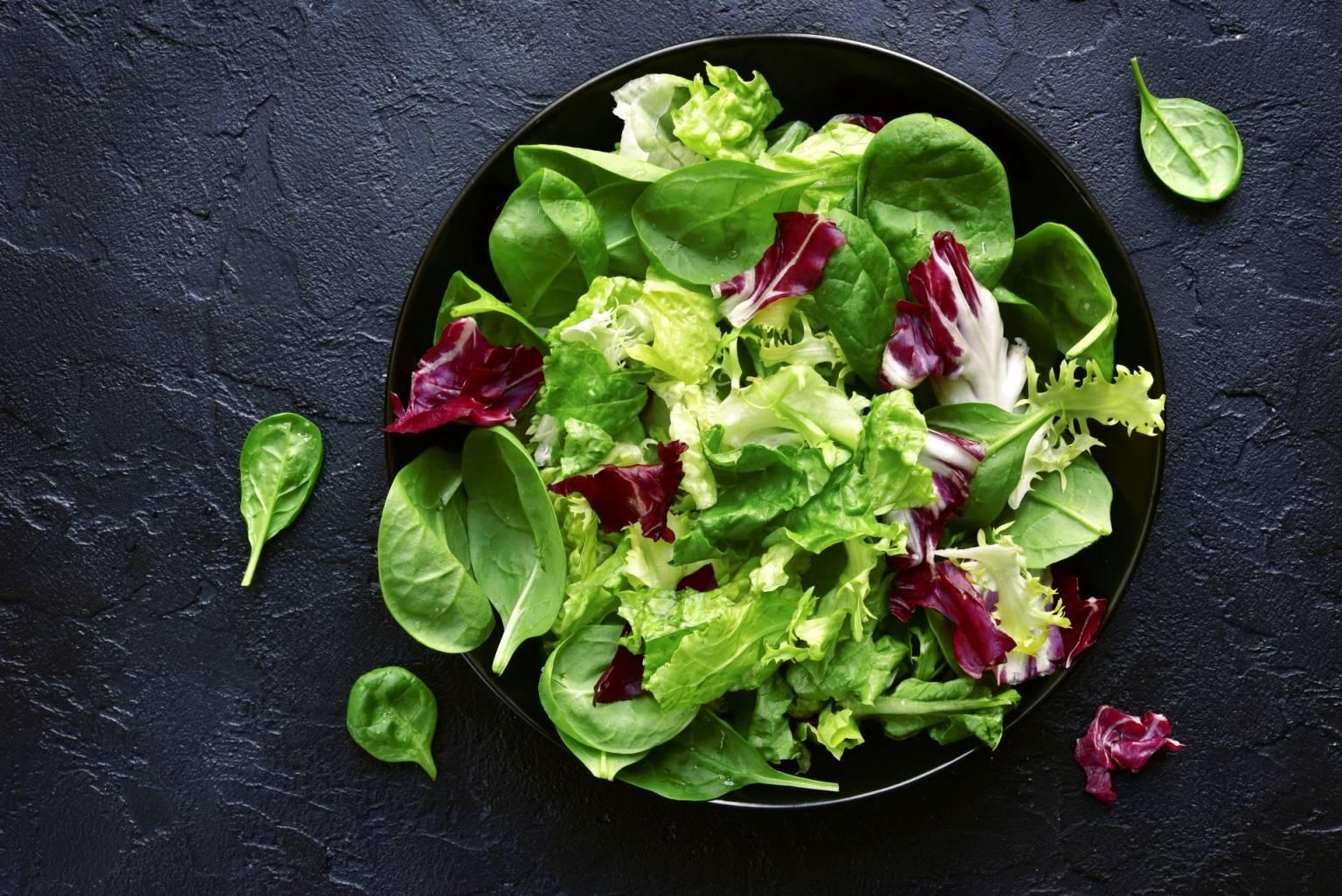 Mix sałat w misce - na czym polega wegetarianizm?