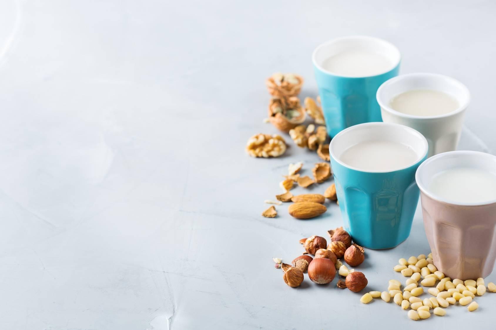 Mleko roślinne z orzechów - mleko wegańskie.