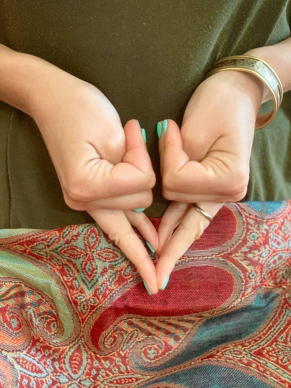 Shakti mudra na sen - jak wykonać? Mudry dłoni pokazuje Karolina Szaciłło.