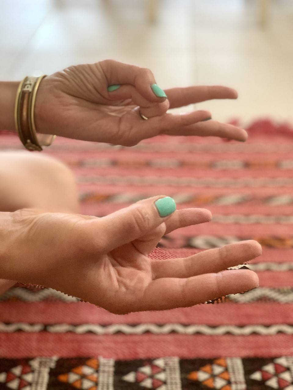Surya mudra - jak wykonać? Gesty dłoni według ajurwedy.