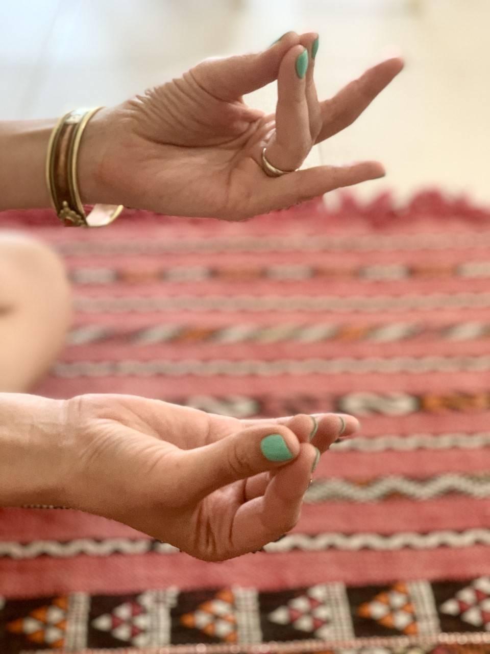Pranaapana mudra - jak ją wykonać? Mudry dłoni pokazuje Karolina Szaciłło.