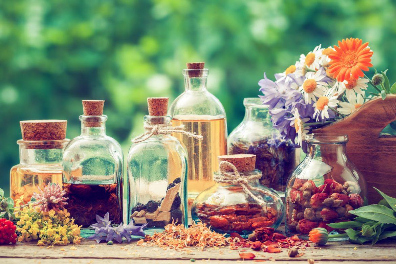 Letnie przetwory na zimę z malin, szałwii, lipy i dziewanny. Sprawdź przepisy na soki, nalewki, syropy z letnich ziół i owoców.