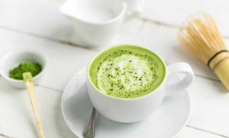 Zielona herbata matcha. Napój z zieloną herbatą matcha.