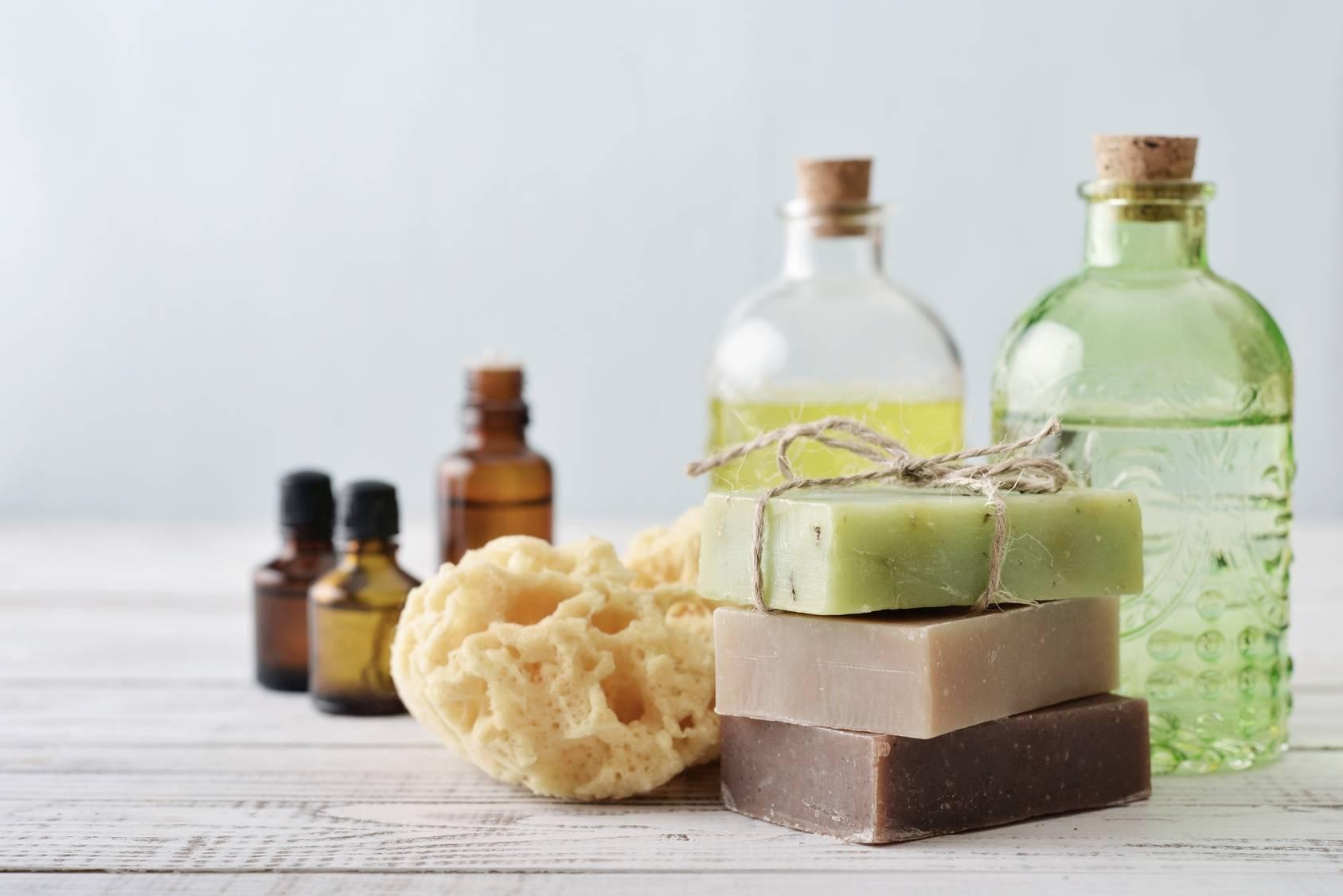 Zestaw mydeł naturalnych i olejków do pielęgnacji.