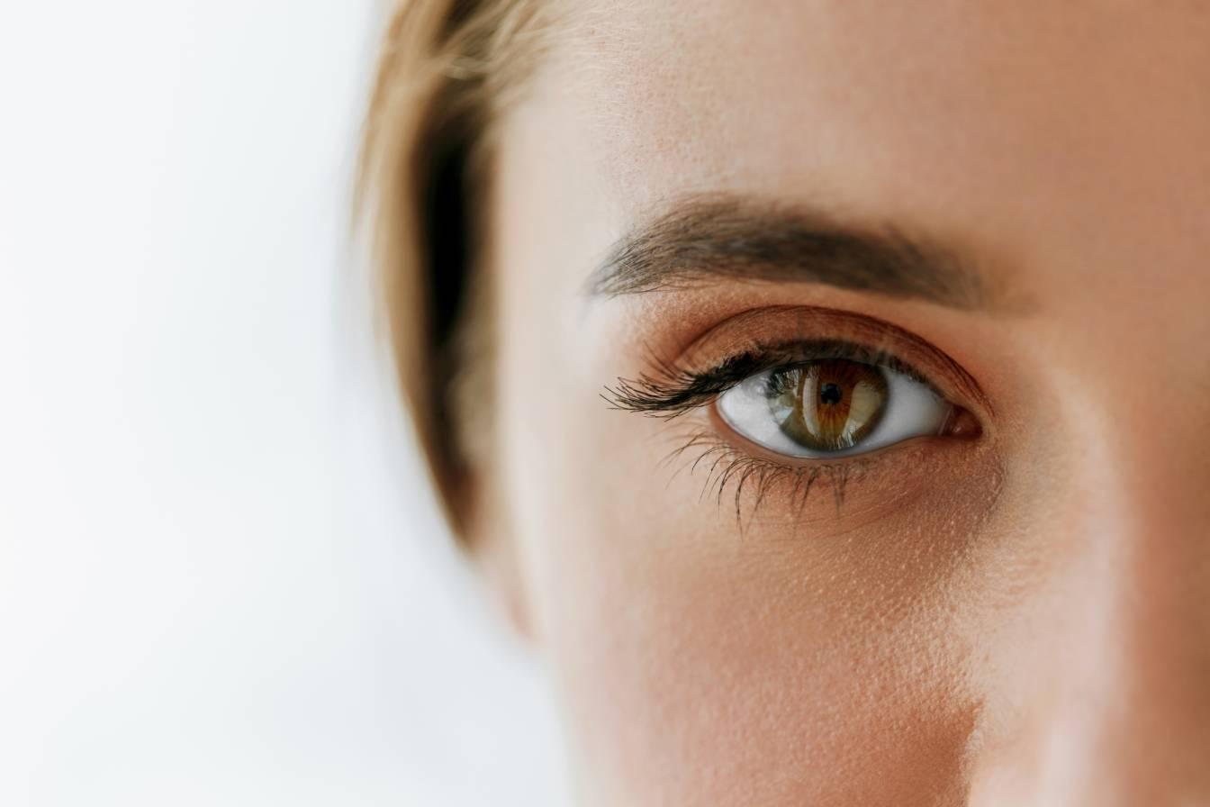 Naturalnie piękne i gęste rzęsy - jak je wzmocnić? Zbliżenie na kobiece oko.