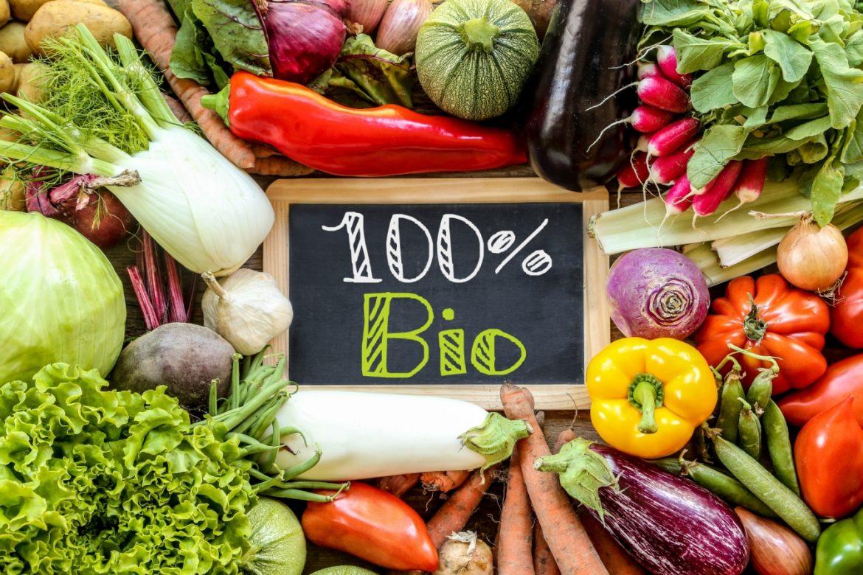 Nie wszystko, co bio, jest eko. Jak nie trafić na fałszywkę? Warzywa ułożone wokół tabliczki z napisem 100% Bio.