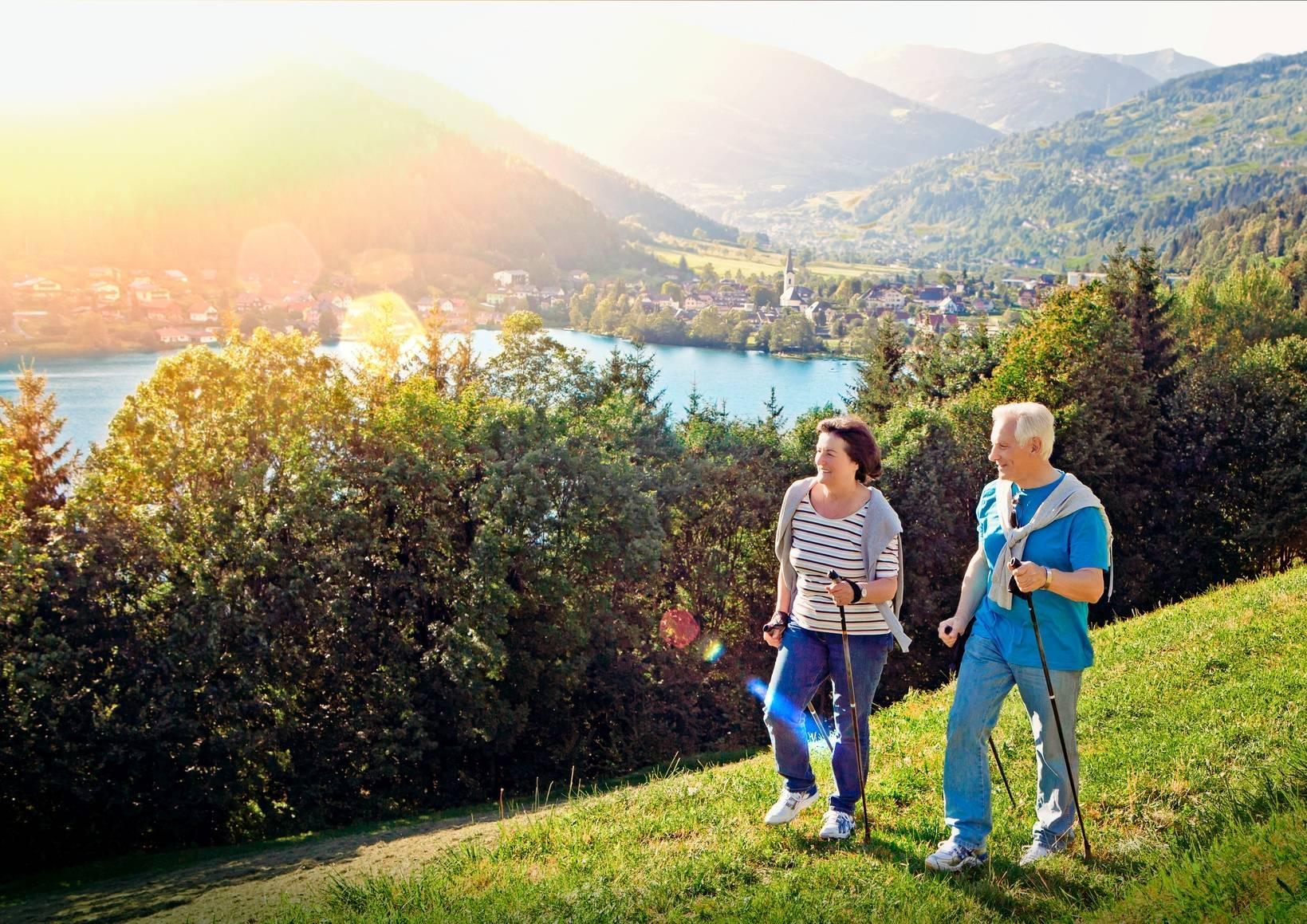 Gdzie narodził się nordic walking? Jak prawidłowo uprawiać nordic walking? Seniorzy uprawiają nordic walking w górach.