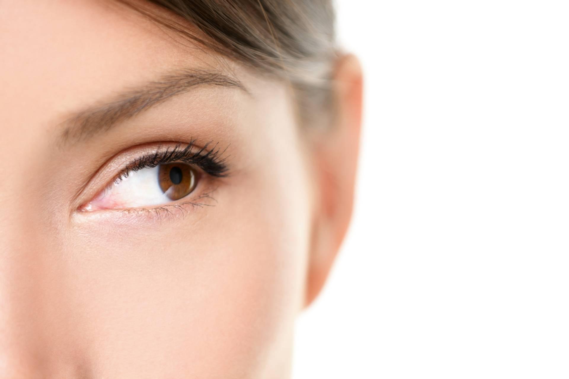 Facemodelink - jak wymodelować twarzy przy pomocy terapii manualnej? Zbliżenie na kobiece oko w odcieniu brązu.