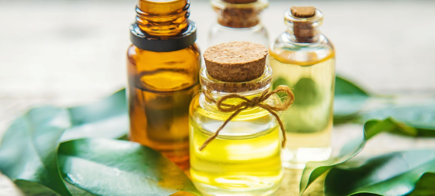 Olejek rycynowy na włosy, rzęsy, skórę i paznokcie. Jak stosować olejek w pielęgnacji ciała i na co pomaga?