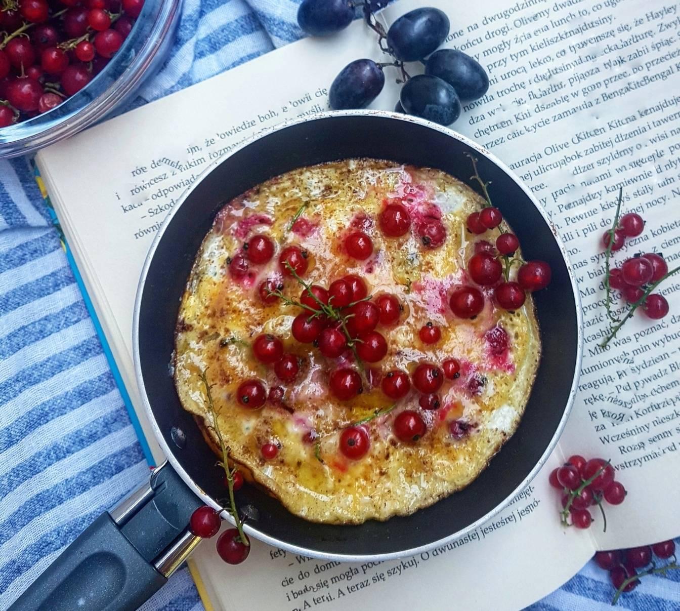 Omlet cynamonowy z porzeczkami - przepisy z czerwonymi porzeczkami.