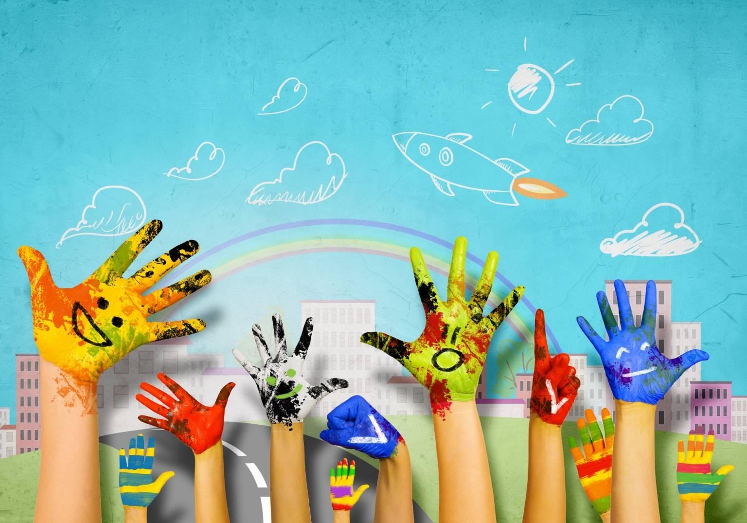 Pasożyty u dzieci - jakie są objawy i jak je leczyć? Pomalowane kolorowymi farbami dziecięce dłonie na tle rysunku przedstawiającego niebieskie niebo, chmury i tęczę.