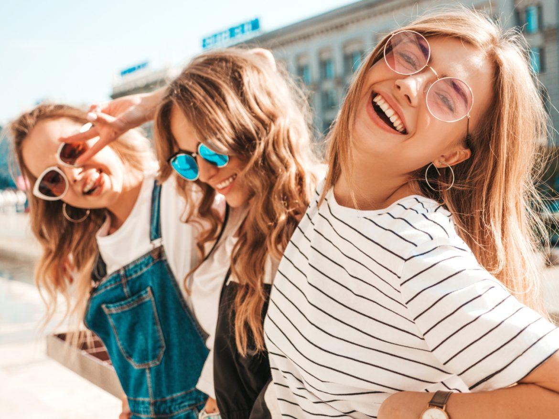 Jak dbać o włosy zniszczone słońcem? Pielęgnacja włosów latem wg trycholożki Anny Makojć z Instytutu Trychologii. Trzy przyjaciółki o pięknych gęstych włosach spędzają lato w mieście.
