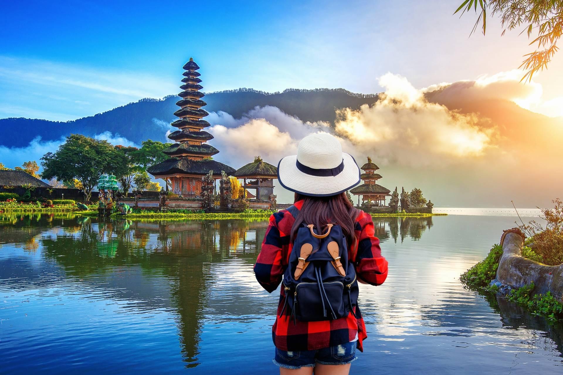 Podróżniczka backpakerka na Bali. Leki homeopatyczne dla podróżnika.