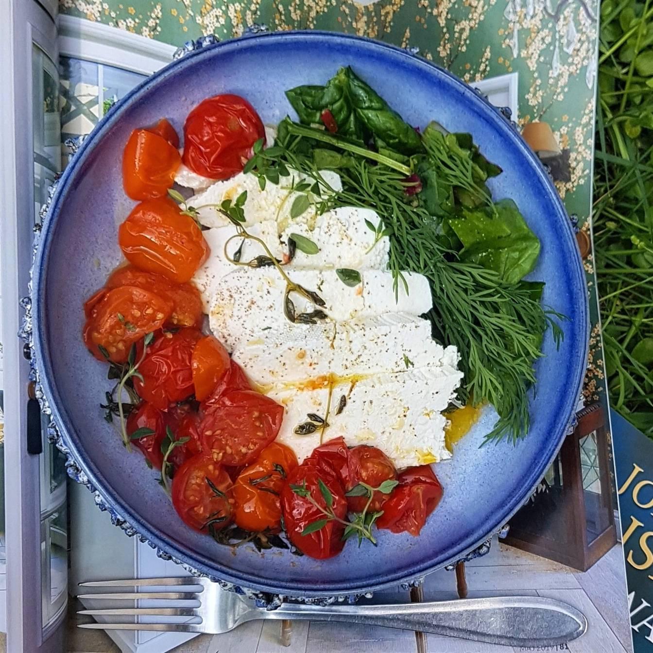 Pomidory zapiekane z cukrem w towarzystwie twarogu, fety, świeżych ziół i oliwy - przepisy Agnieszki Żelazko.