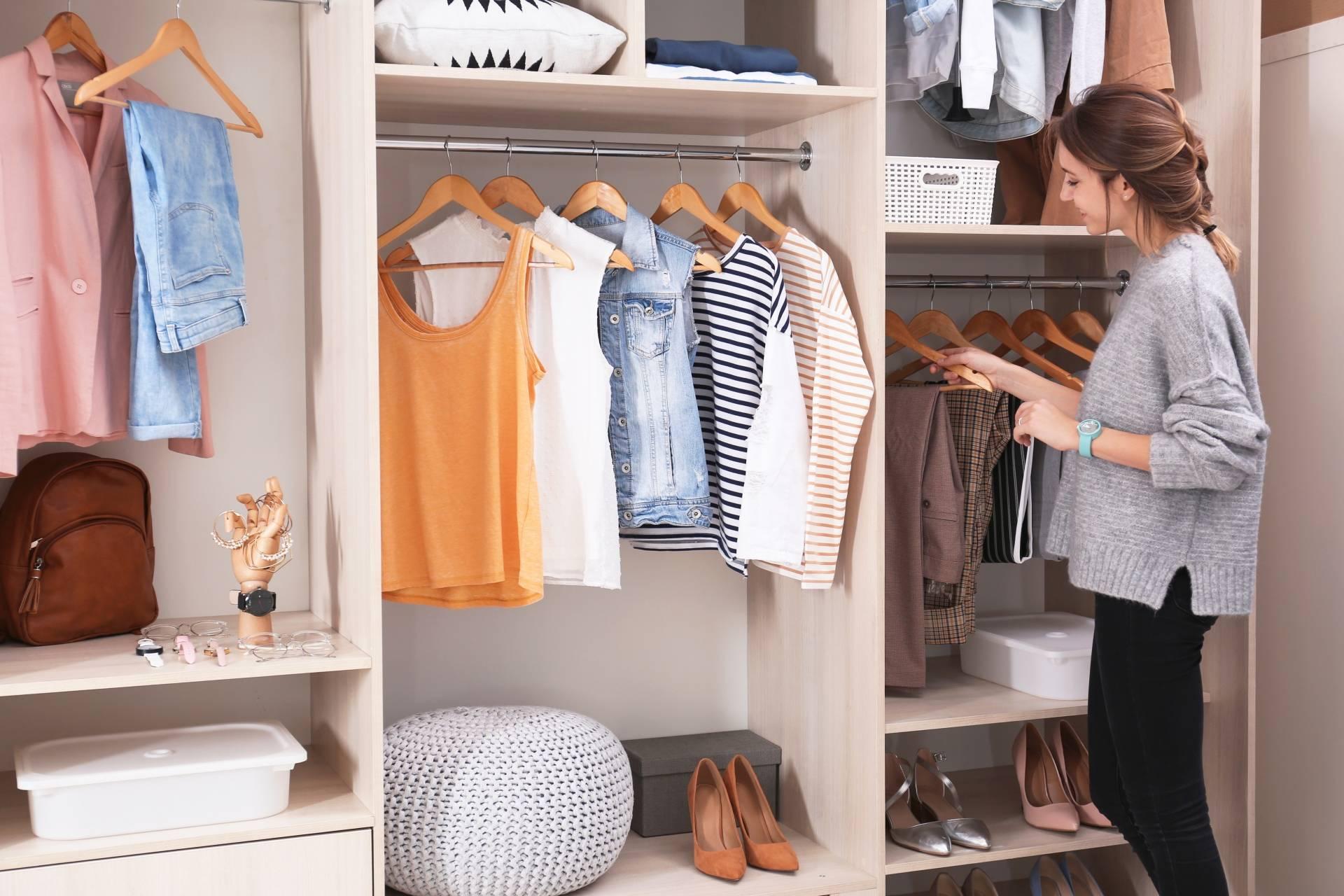 Porządki w szafie - gdzie powinny trafić nienoszone ubrania?