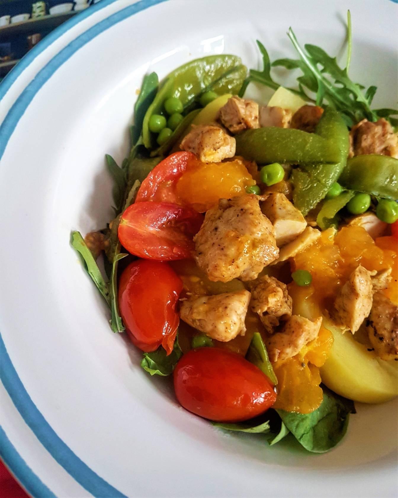 Przepis na potrawkę z groszku cukrowego, pomidorów i kurczaka.