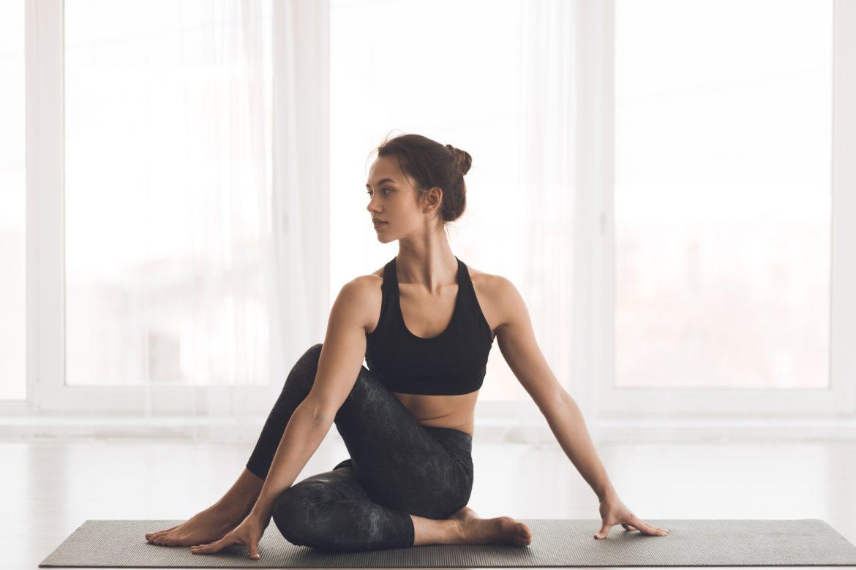 Joga na odporność - joginka pokazuje praktykę wzmacniającą układ odpornościowy organizmu.