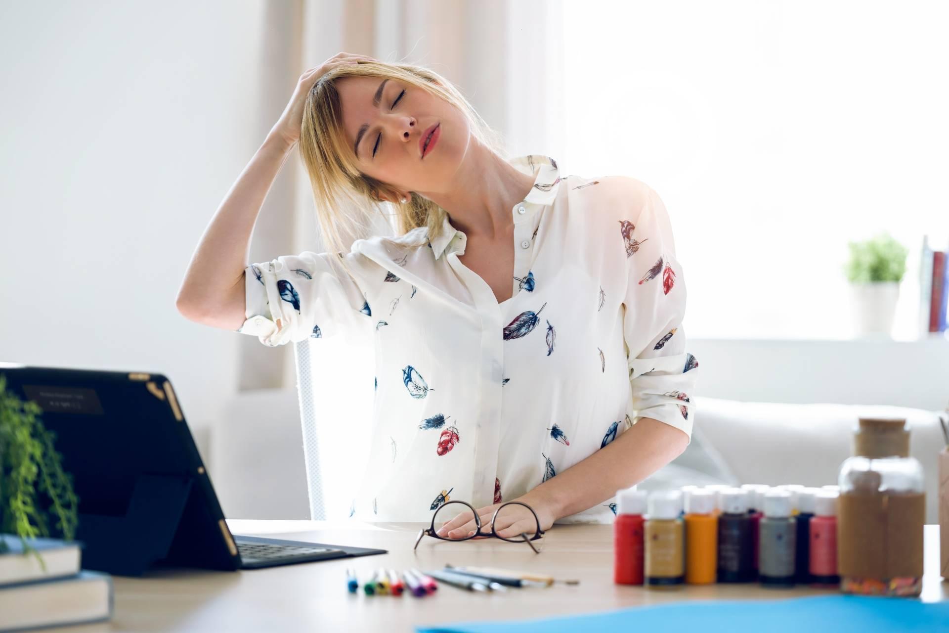 Jak ćwiczyć przy biurku, aby rozluźnić kręgosłup?
