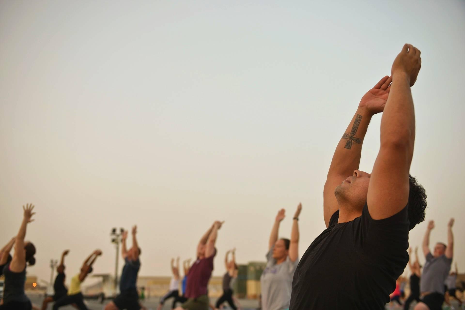 Zajęcia z jogi na świeżym powietrzu. Dieta wegetariańska a aktywność fizyczna.