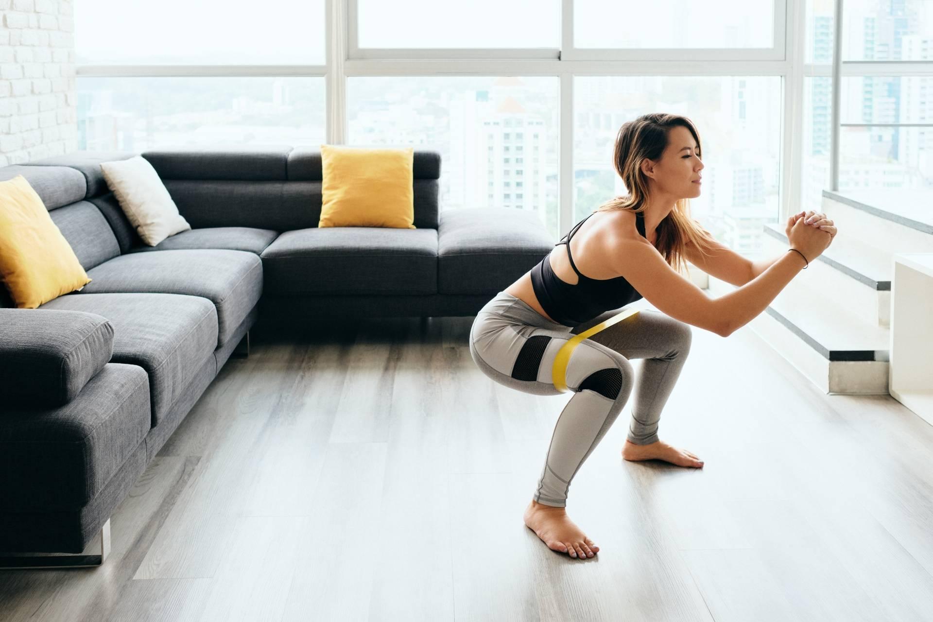Przysiady - jak wykonać poranne ćwiczenia w domu?