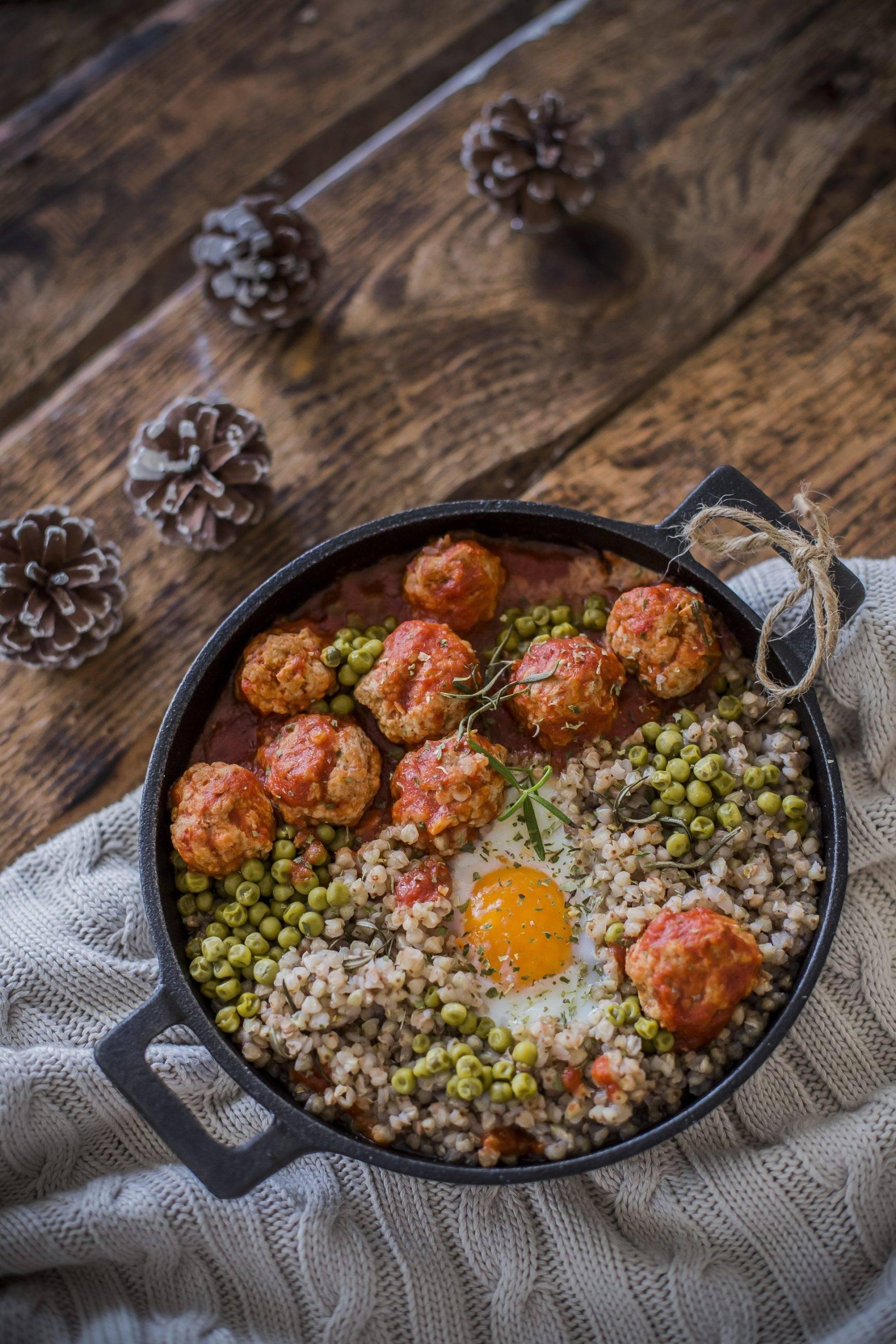 Pulpety w pomidorach z kaszą gryczaną, groszkiem i jajkiem - przepis Agnieszki Żelazko.