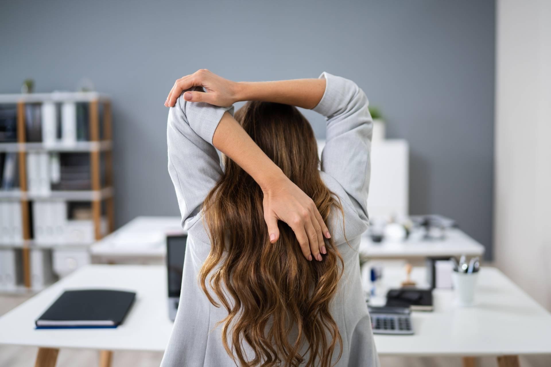 Ból kręgosłupa - jak się rozciągać podczas pracy siedzącej?