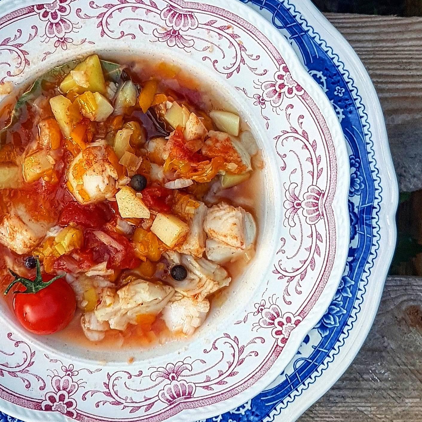 Rozgrzewająca zupa rybna z pomidorami - przepis Agnieszki Żelazko.
