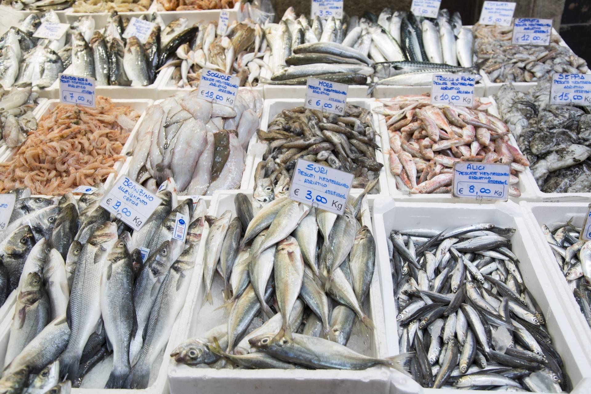 Gdzie znaleźć dobrą rybę? Na targu rybnym czy w supermarkecie? Czym się kierować przy wyborze?