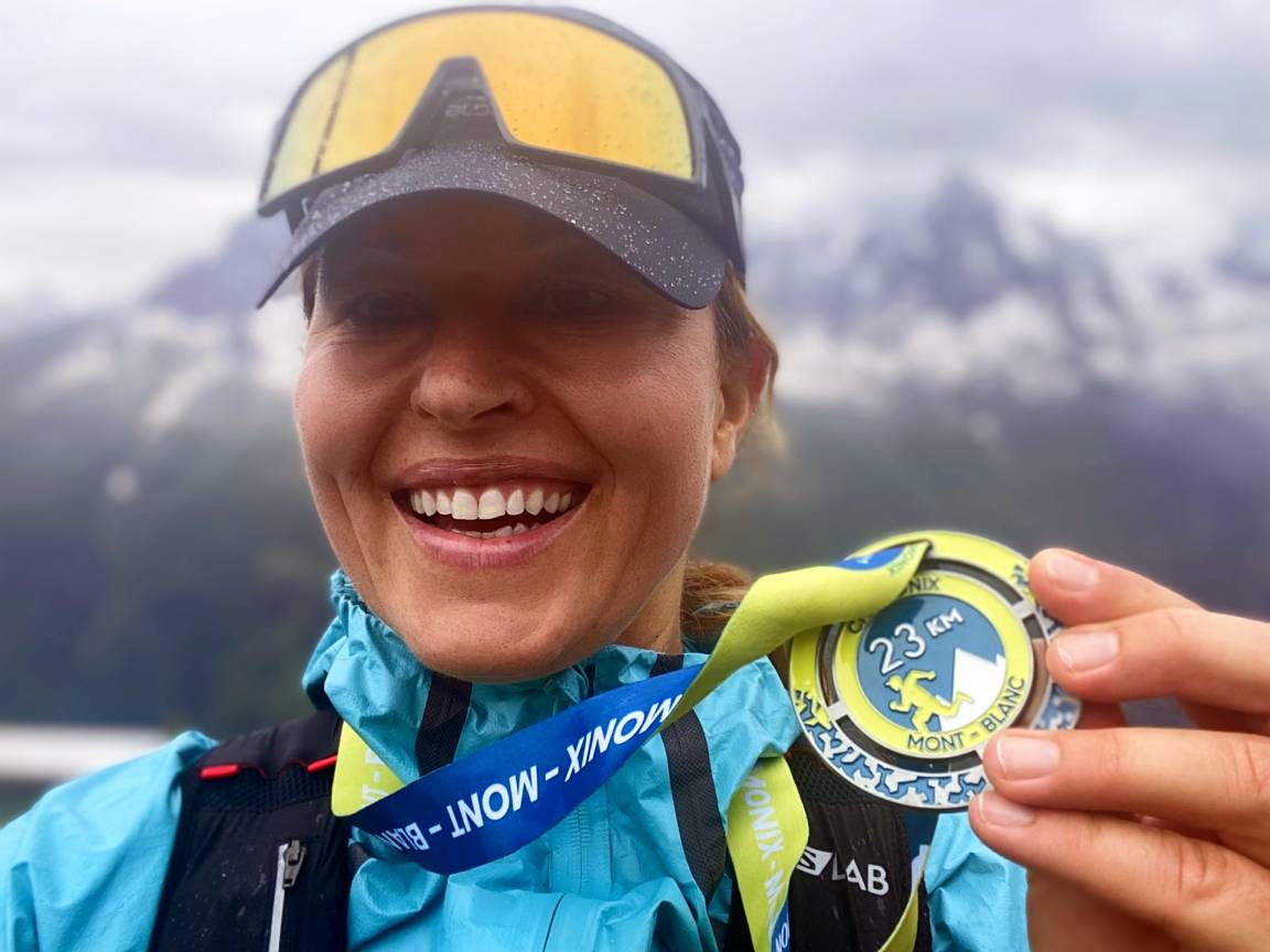 Beata Sadowska po zakończeniu maratonu du Mont Blanc pokazuje swój medal.